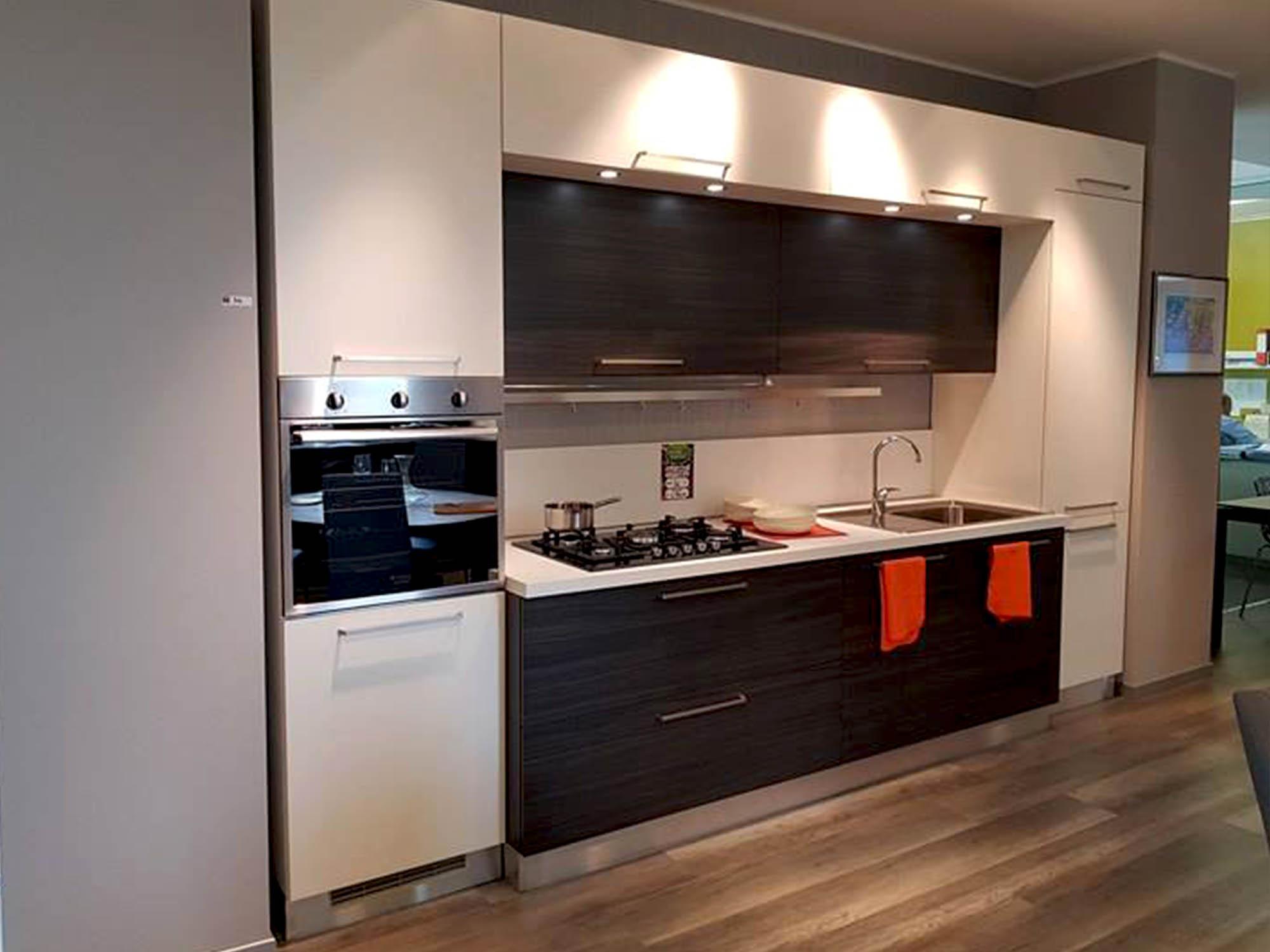 cucina con portale finitura frassino bianco e rovere