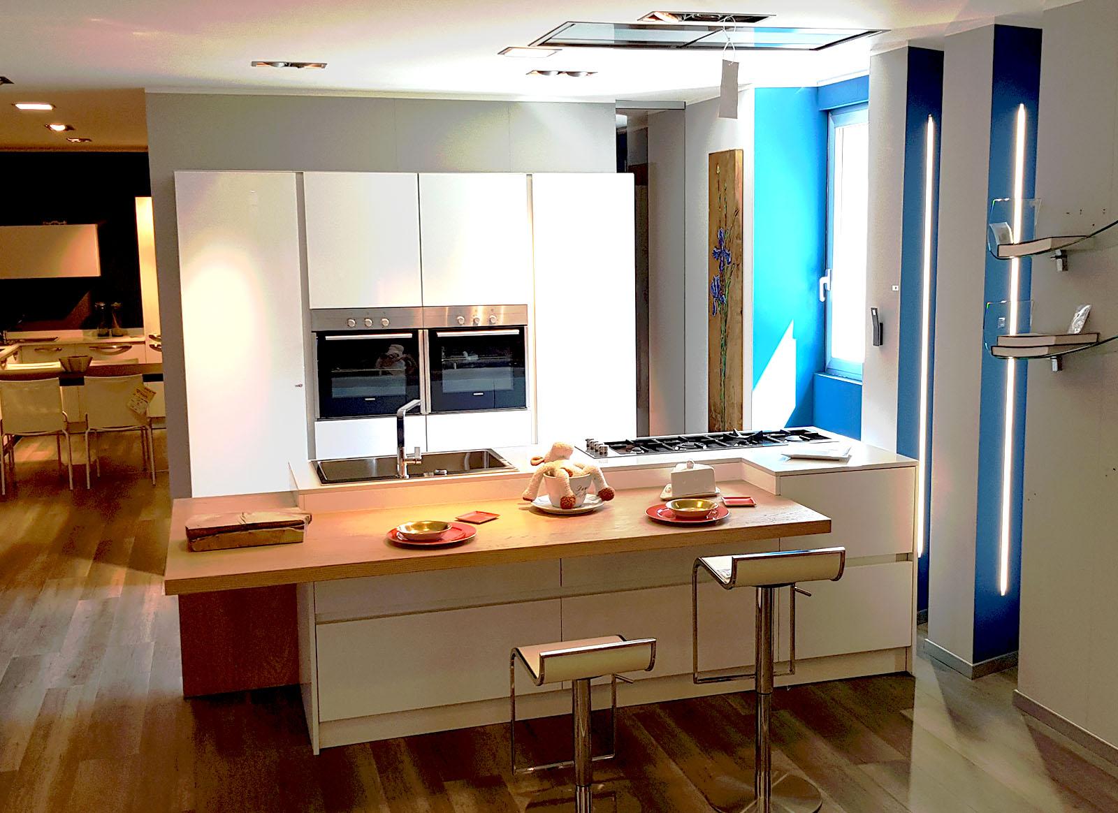 Cucina ante in vetro e polimerico lucido cucine padova for Composita arredamenti
